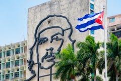 De overheidsbouw in Havana met een beroemd Che Guevara-beeld stock foto