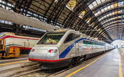 De overhellende trein van de Pendolinohoge snelheid bij het station van Milaan Centrale Stock Foto's
