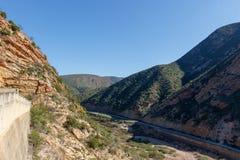 De overkant van de dam zonder water stock afbeelding