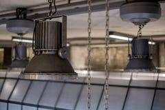De overmaatse industriële lichten die van de stijltegenhanger in de Ondergrondse Post van Westminster, Londen, het UK hangen royalty-vrije stock foto's