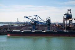 De overscheping van het bauxiet in de haven van Rotterdam Stock Foto