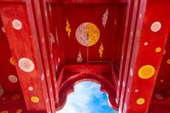 De overspannen ingang bij Wat Bupparam-tempel, Chiang Mai stock foto