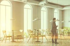 De overspannen zakenman van de de koffiehoek van de vensters witte baksteen Stock Fotografie
