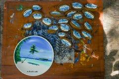 De overvloed van met de hand gemaakte herinneringen maakte van hout bij de winkel bij het tropische eiland in de Maldiven stock foto