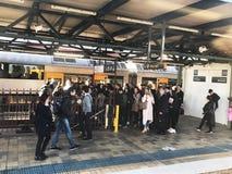 De overvloed van Passagiers krijgt binnen van Sydney Trains bij Stadhuisstation Aantrekkelijkheid, kaart, 2018 royalty-vrije stock foto's