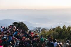 De overvolle mensen wachten op het eerste licht in de dageraad van nieuwe jaar` s dag met berg en mist op achtergrond in Tiger Hi Stock Afbeeldingen