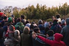 De overvolle mensen wachten op het eerste licht in de dageraad van nieuwe jaar` s dag met bomen op achtergrond in Tiger Hill, Dar Stock Foto's