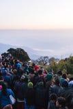 De overvolle mensen wachten op het eerste licht in de dageraad van nieuwe jaar` s dag met bomen op achtergrond in Tiger Hill, Dar Royalty-vrije Stock Foto's
