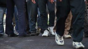 De overvolle voeten van fabrieksarbeiders stock footage