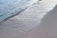 De overweldigende golven van Indische Oceaan bij de stranden op het paradijseiland Seychellen royalty-vrije stock fotografie