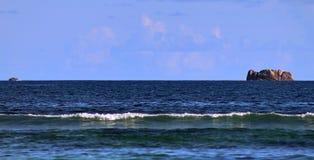 De overweldigende golven van Indische Oceaan bij de stranden op het paradijseiland Seychellen stock afbeelding