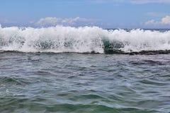 De overweldigende golven van Indische Oceaan bij de stranden op het paradijseiland Seychellen royalty-vrije stock foto