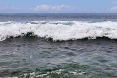 De overweldigende golven van Indische Oceaan bij de stranden op het paradijseiland Seychellen stock foto