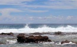 De overweldigende golven van Indische Oceaan bij de stranden op het paradijseiland Seychellen royalty-vrije stock afbeeldingen