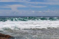 De overweldigende golven van Indische Oceaan bij de stranden op het paradijseiland Seychellen royalty-vrije stock afbeelding