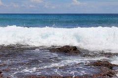De overweldigende golven van Indische Oceaan bij de stranden op het paradijseiland Seychellen stock fotografie