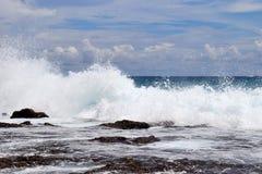De overweldigende golven van Indische Oceaan bij de stranden op het paradijseiland Seychellen stock foto's