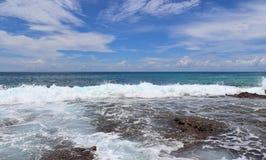 De overweldigende golven van Indische Oceaan bij de stranden op het paradijseiland Seychellen stock afbeeldingen
