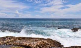 De overweldigende golven van Indische Oceaan bij de stranden op het paradijseiland Seychellen royalty-vrije stock foto's