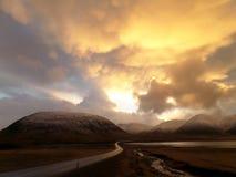 De overweldigende Gouden Mening van de Zonsonderganghemel over de manier om Kirkjufell, IJsland op te zetten Royalty-vrije Stock Fotografie