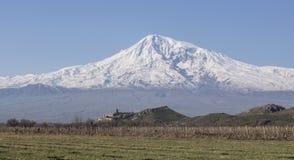 De overweldigende mening over het Klooster van Hor Virap met Ararat zet op achtergrond op armenië Stock Afbeelding