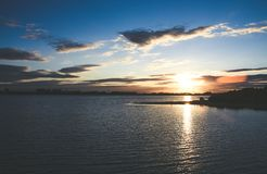 De overweldigende zomer oranjegeel en bluw zonsondergang in Chasewater, Staffordshire Royalty-vrije Stock Foto's