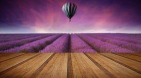 De overweldigende zonsondergang van de het landschapszomer van het lavendelgebied met hete luchtbal Royalty-vrije Stock Foto's