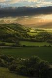 De overweldigende zonsondergang van de Zomer over plattelandslandschap royalty-vrije stock afbeelding