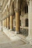 De overwelfde galerij van de steen met kolommen royalty-vrije stock afbeelding
