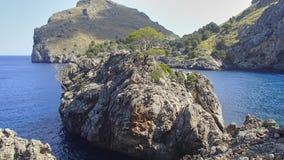De overwoekerde Rots wordt gevestigd in een baai op de westkust van isla royalty-vrije stock fotografie
