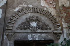 De overwoekerde ruïnes van het de zomertheater stock fotografie