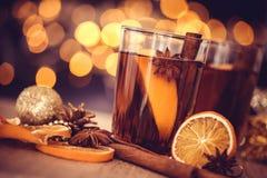 De Overwogen wijn in nachtviering van Nieuwjaarpartij en delicatessenwinkel Stock Afbeeldingen
