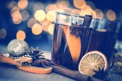 De Overwogen wijn in nachtviering van Nieuwjaarpartij en delicatessenwinkel Stock Foto's