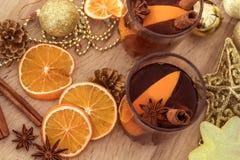 De Overwogen wijn in nachtviering van Nieuwjaarpartij en delicatessenwinkel Stock Afbeelding