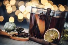 De Overwogen wijn in nachtviering van Nieuwjaarpartij en delicatessenwinkel Royalty-vrije Stock Fotografie