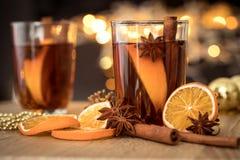 De Overwogen wijn in nachtviering van Nieuwjaarpartij en delicatessenwinkel Royalty-vrije Stock Foto's