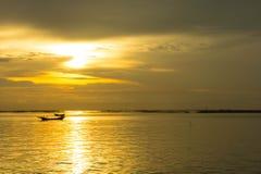 De Overzeese avondzon bij zonsondergang Royalty-vrije Stock Afbeeldingen