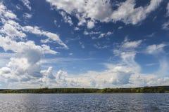 De overzeese golf met mooi blauw de hemel Stock Foto's