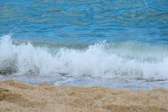 De overzeese golf rolt op de kustlijn van een zandig strand, strandvakantie, vakantie stock fotografie