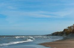 De overzeese golf, stormt op zee, golven op zee omwikkelend op de kust, vrachtschip Stock Foto's