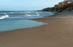 De overzeese golf, stormt op zee, golven op zee omwikkelend op de kust, vrachtschip Stock Fotografie