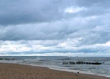 De overzeese golf, stormt op zee, golven op zee omwikkelend op de kust, vrachtschip Stock Afbeelding