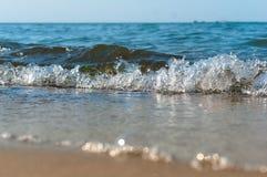 De overzeese golf, stormt op zee, golven op zee omwikkelend op de kust, vrachtschip Royalty-vrije Stock Fotografie