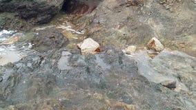 De overzeese golven raakten rotsen en bespatten water stock videobeelden