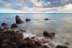 De overzeese golven raken rots Royalty-vrije Stock Foto's