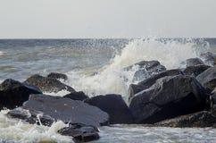 De overzeese golven slaan over rotsen Royalty-vrije Stock Foto