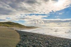 De overzeese golven werpen zich op de rotsen stock afbeeldingen