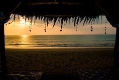 De overzeese golven in de zonsondergang Royalty-vrije Stock Foto's