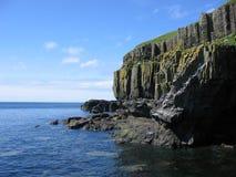 De overzeese klippen dichtbij Carsaig, overwegen stock foto's