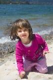 De overzeese kust van het meisje en Stock Afbeelding